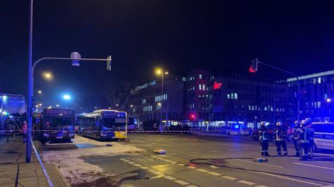 Großräumige Absperrungen und zwei beschädigte Busse am Wiesbadener Bahnhof.