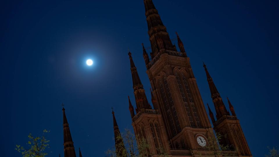 Blick auf die Wiesbadener Marktkirche bei Nacht