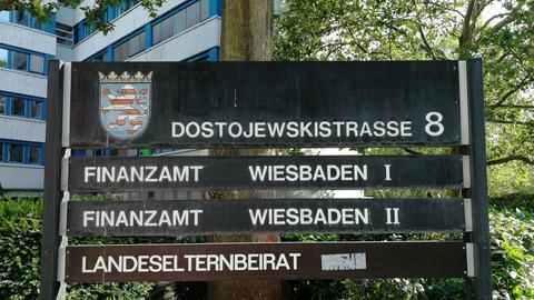 Schild vor Wiesbadener Finanzämtern