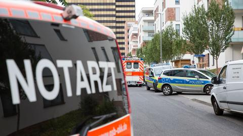 Einsatzwagen am Tatort in Wiesbaden