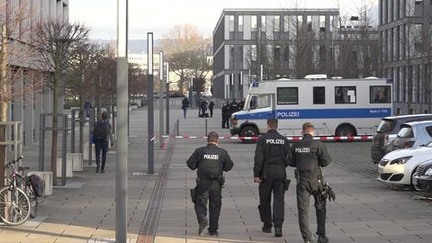 Polizisten vor dem Wiesbadener Landgericht