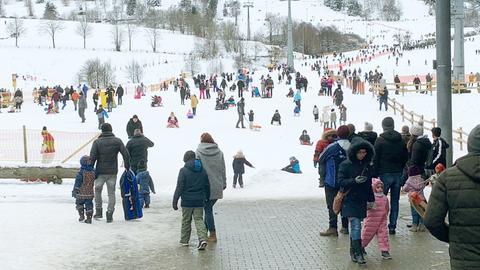 Das Foto zeigt sehr viele Menschen - dicht beieinander und ohne Maske - in der Schneelandschaft bei Willingen.