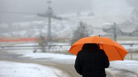Mann im Schnee in Willingen