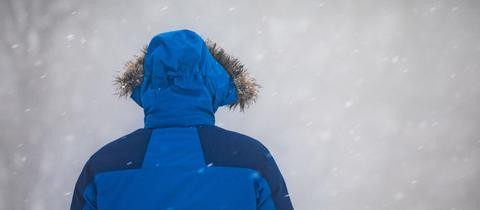 Spaziergänger auf dem Großen Feldberg bei Nebel und Schneetreiben