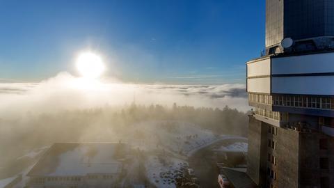 In Wolken und schon ein Hauch von Schnee: Großer Feldberg im Taunus