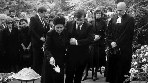 Die Witwe Maria Karry mit Sohn Ronald Karry während der Beerdigung am 15. Mai 1981 in Frankfurt am Main am Grab.