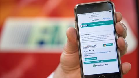 Auf einem Smartphone wird die Anmeldemaske für das WLAN in einer S-Bahn des RMV angezeigt.