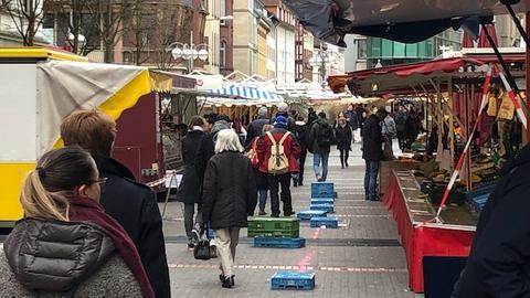 Trotz der strengeren Corona-Maßnahmen war der Wochenmarkt in Frankfurt-Bornheim am Samstagnachmittag gut besucht.