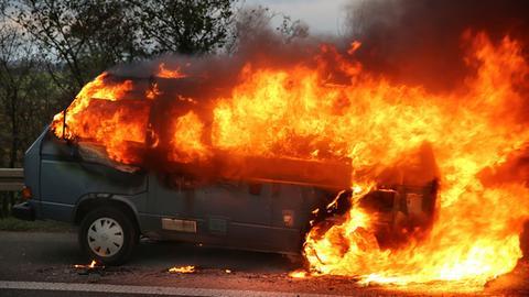 Brennender VW-Bus auf A5