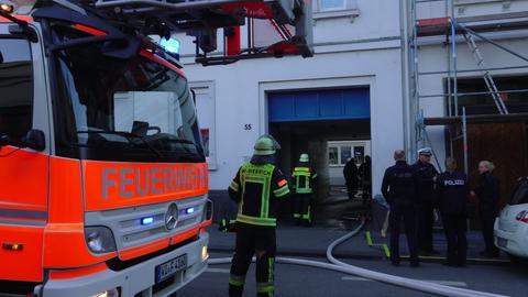 Feuerwehreinsatz vor dem Mehrfamilienhaus in Wiesbaden-Biebrich