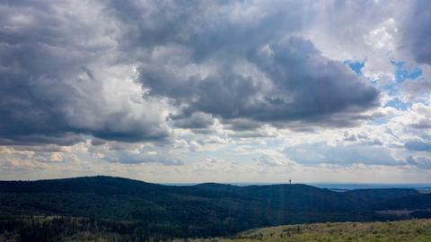 Eine dunkle Wolkenfront formiert sich über dem Taunus