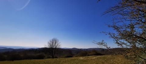 Blauer Himmel und Landschaft