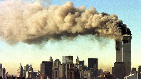 Die brennenden Türme des World Trade Centers nach den Anschlägen am 11. September 2001.