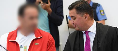 Der 48-jährige Angeklagte (li.) sitzt zum Prozessbeginn neben seinem Verteidiger.