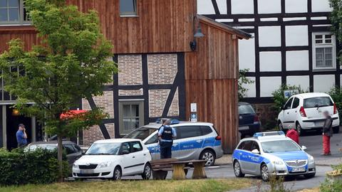 """""""Hofgut Sassen"""" in Schlitz - davor Einsatzkräfte der Polizei"""