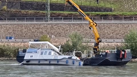 Havarierte Yacht im Rhein bei Lorch