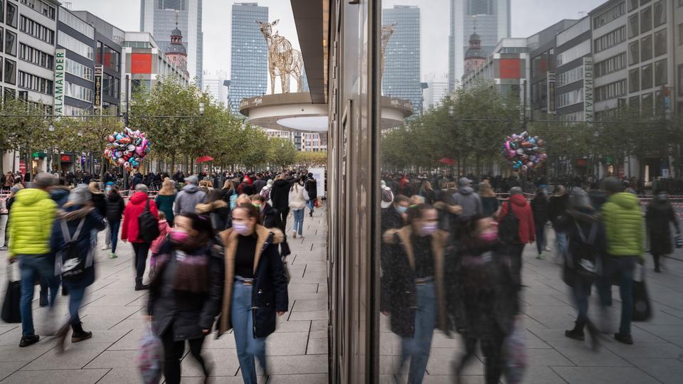 Geschäftiges Treiben: In der Vorweihnachtszeit wird es eng auf der Frankfurter Zeil