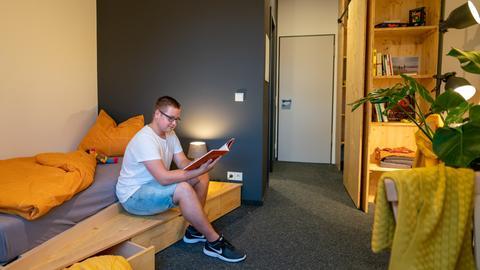 Blick in eines der möblierten Zimmer: So wohnt man im Azubi-Campus in Fulda.