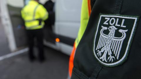 """Nahaufnahme: der linke Ärmel eines Zollbeamten mit dem Wappen """"Zoll"""""""