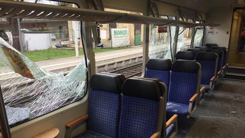 Zug mit kaputten Scheiben