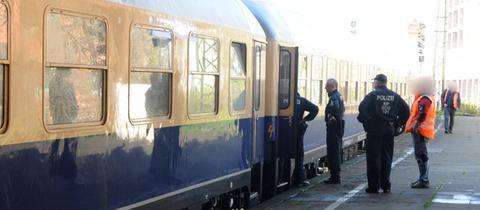 Polizisten kontrollieren den Fanzug in Mönchengladbach