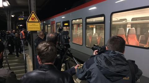 Regionalzug bei Ortstermin in Herborn im Prozess um Polizistenmord