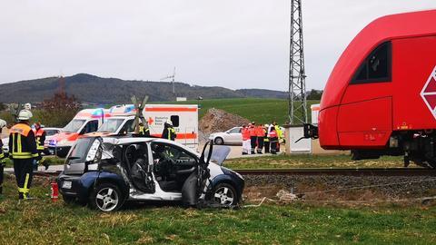 Ein Auto stieß bei Mörlenbach mit einem Zug zusammen.