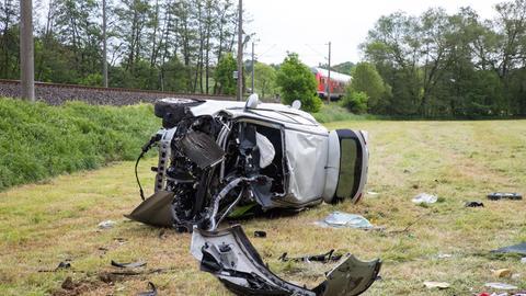 Zerstörtes Auto an der Bahnstrecke bei Brechen