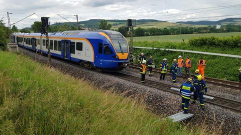 Auf der Bahnstrecke bei Neu-Eichenberg verursachte ein Vogel einen Unfall, bei dem die Oberleitung der Bahn abgerissen wurde. Der Zugführer wurde schwer verletzt.