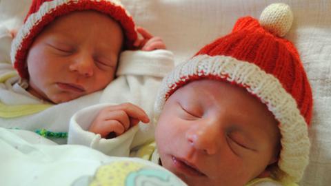 Die Zwillinge Noel und Leon kurz nach ihrer Geburt im Bürgerhospital.
