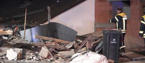 Zerstörte Garage neben einem Wohnhaus in Zwingenberg