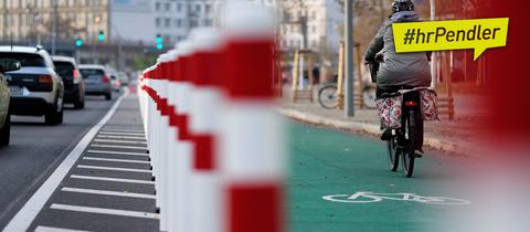 Radfahrer und Autofahrer in der Stadt auf abgetrennten Verkehrswegen