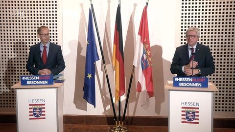 Ministerpräsident Bouffier (rechts) und Sozialminister Klose (links) stellten gemeinsam mit Innenminister Beuth die Pläne für eine Impfstrategie vor.