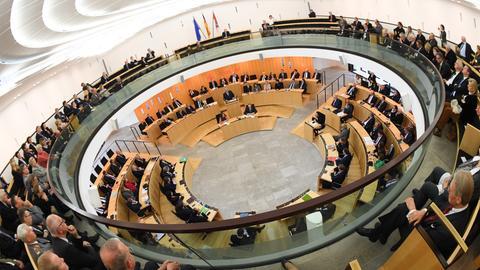Blick in den vollbesetzten hessischen Landtag