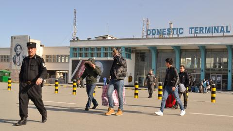 Die abgeschobenen Asylbewerber bei ihrer Ankunft in Kabul.