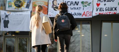 Zwei Abiturientinnen in Kassel auf dem Weg zu ihrer Prüfung