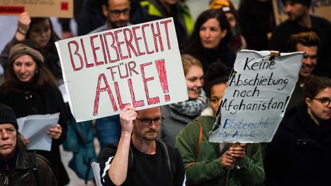 """Demonstranten mit Schildern: """"Bleiberecht für Alle!"""" und """"Keine Abschiebung nach Afghanistan!"""""""