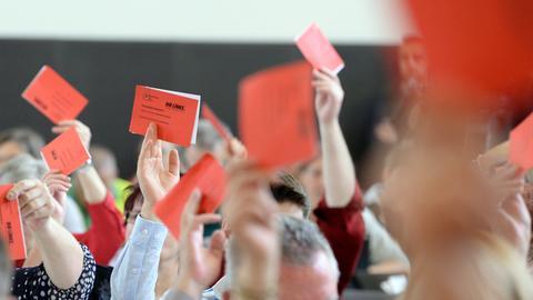 Abstimmung per Kärtchen bei den Linken