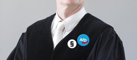 Ein Richter mit Paragraf- und AfD-Button an der Robe.