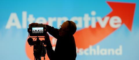 TV-Kamera vor AfD-Logo