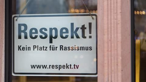 Anti-Rassismus-Schild am Frankfurter Römer