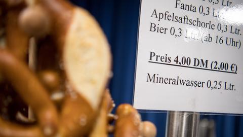 Auf AfD-Parteitag wurden beim Imbiss-Angebot die Preise auch in Deutscher Mark angegeben.