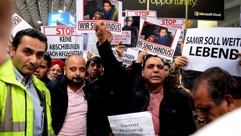 """Demonstranten mit Plakaten wie """"Keine Abschiebung nach Afghanistan"""" oder """"Wir sind Hindus"""""""