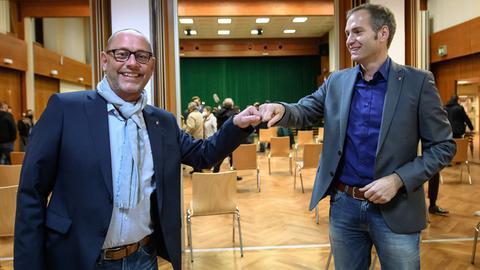Michael Aufenanger (rechts) gratuliert seinem Nachfolger Stephan Hänes (SPD).