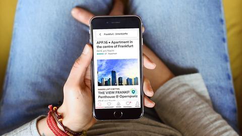 Suche mit dem Smartphone nach einer Airbnb-Ferienwohnung