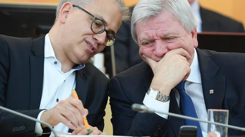 Wirtschaftsminister Tarek Al-Wazir (Grüne) und Ministerpräsident Volker Bouffier (CDU) im März im Landtag.