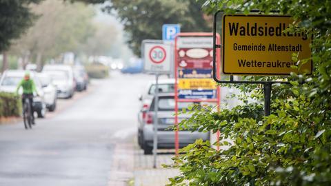 Das Schild des Ortsteils Waldsiedlung der Gemeinde Altenstadt steht am Ortseingang.