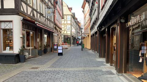 In Blick in eine leere Einkaufsstraße in der Alsfelder Innenstadt.