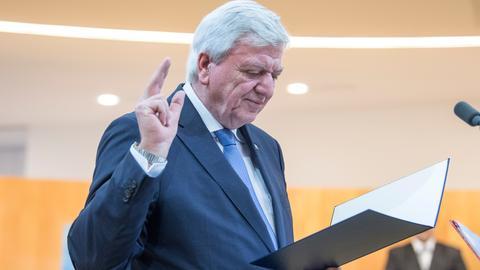 Volker Bouffier (CDU) legt den Amtseid ab.