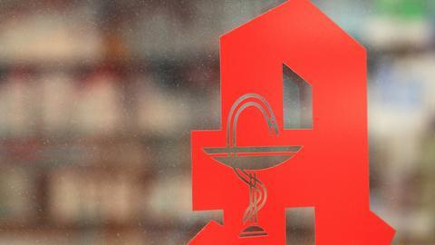 Apotheken-Logo auf einer Tür.